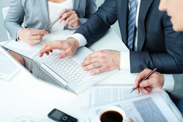 workers-considering-term-agreement_1098-1517